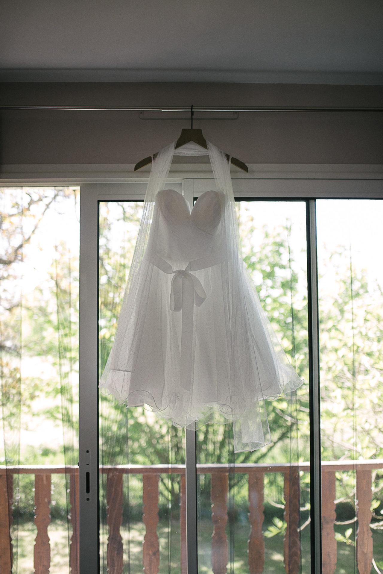 La jolie robe courte de la mariée