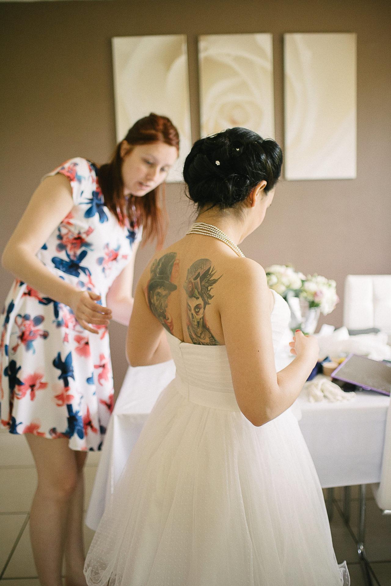 Le dos tatoué de la mariée
