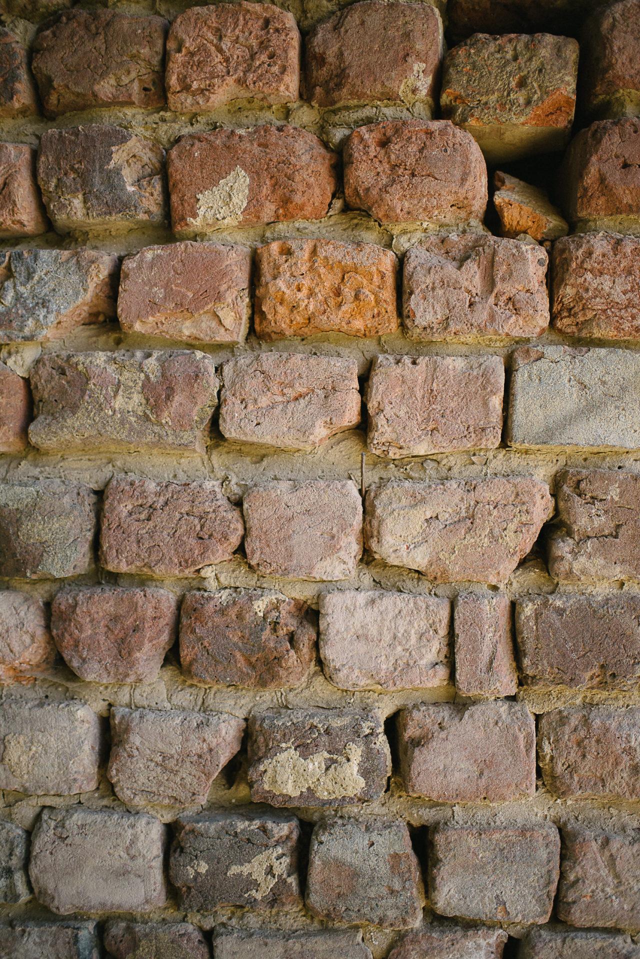 Un joli mur de pierre dans cette ancienne bâtisse sur le lieu de réception du mariage