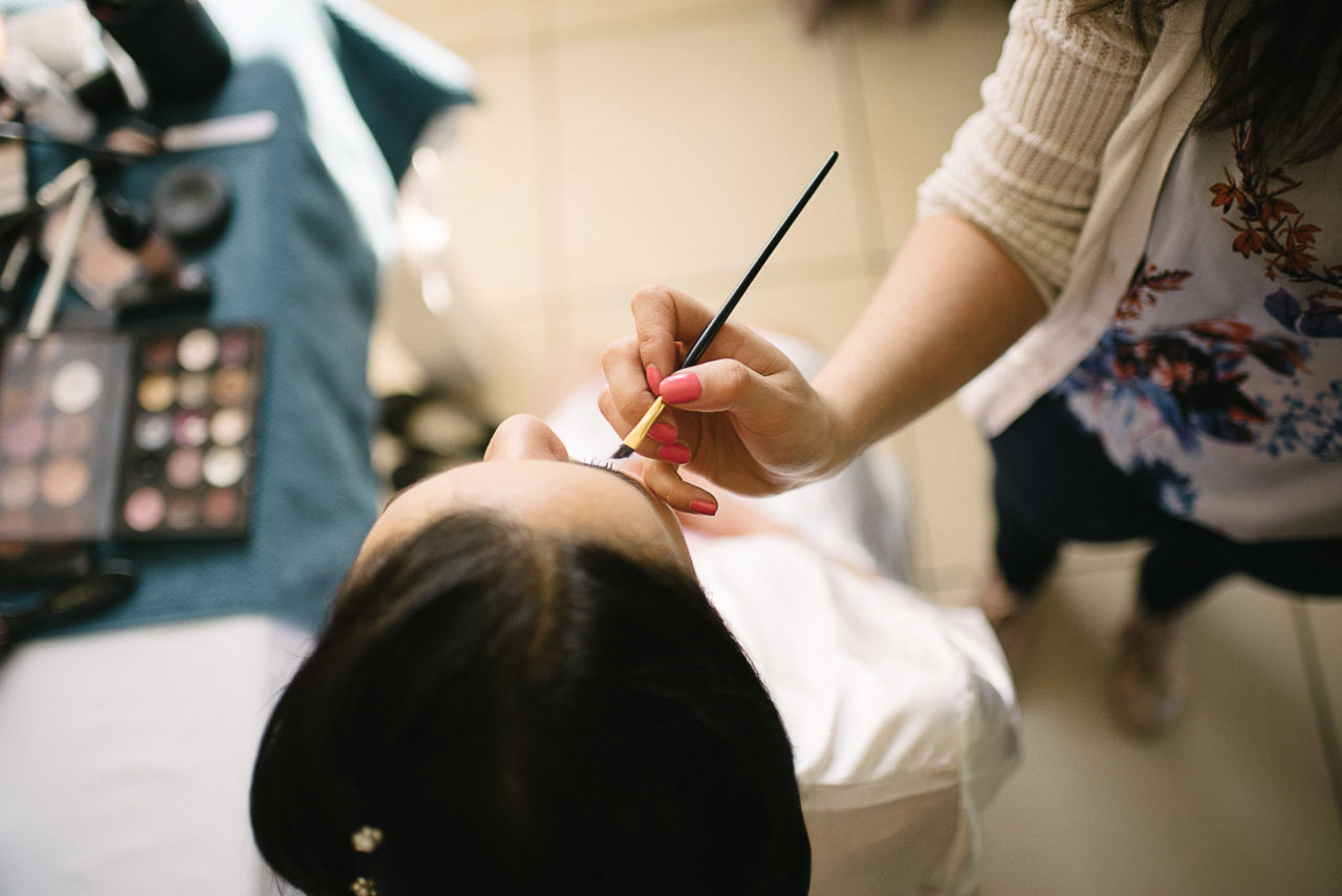 Maquillage de la mariée durant les préparatifs