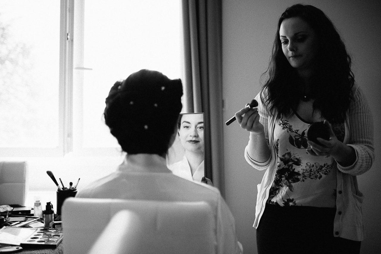 Dernier coup d'œil dans le miroir pour valider le maquillage