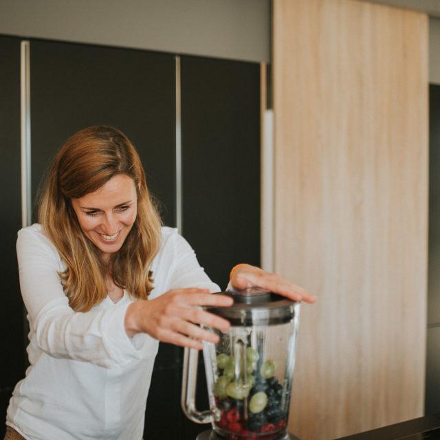 Photographie culinaire avec une préparation de jus de légumes et de fruits